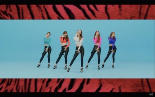 """EXID의 """"위아래"""" 뮤직비디오 중 한 장면. 소셜 네트워크의 파워는 어마어마하다. 놀라운 파급력으로 특정 음악을 음원 차트 1위로 끌어올릴 정도로."""